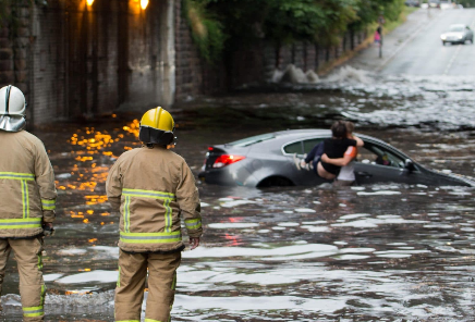 Бурата Денис во Велика Британија предизвика поплави опасни по живот