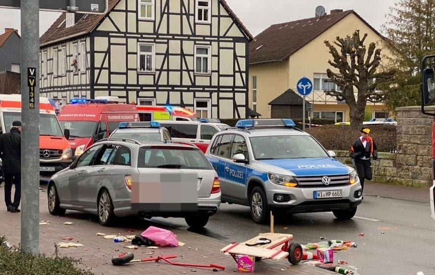 Најмалку 30 повредени откако автомобил влета во карневалска поворка во германскиот град Фолксмарсен