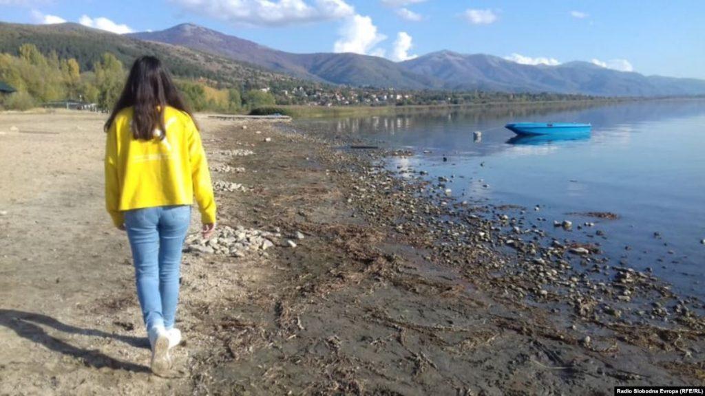 ПРЕСПАНСКО СЕ СУШИ: За еден ден, еден сантиметар е намален водостојот на езерото