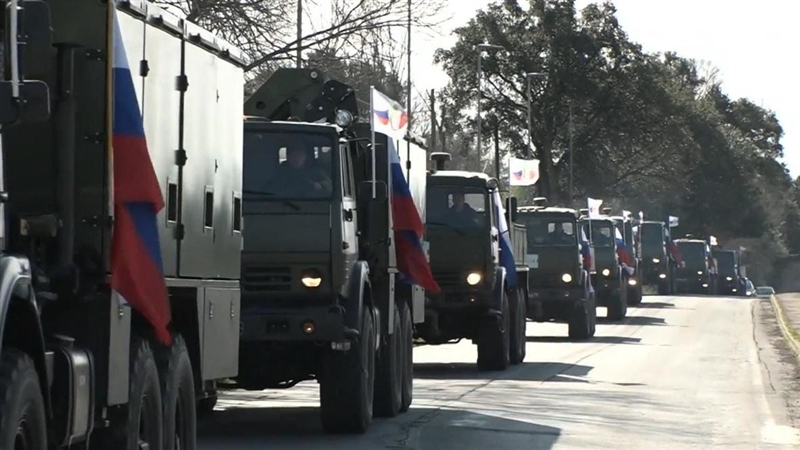(видео) РУСКИ КОНВОЈ ВО ЕУ И НАТО: Русија донесе помош со 15 авиони, против Ковид-19 за Италија, која во Бергамо ја носат 22 воени камиони