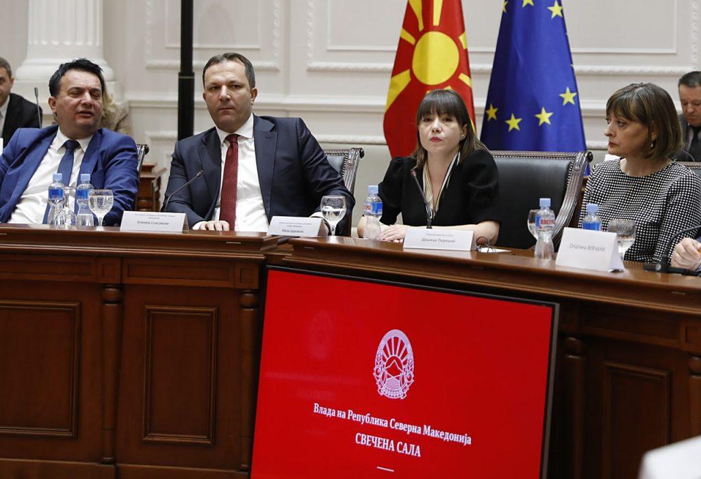 МАКЕДОНИЈА БЕЗ КАЛ: Владата на Спасовски ќе асфалтира локални улици и патишта и ќе обучува жени за превозници, меѓу кои и Ромки