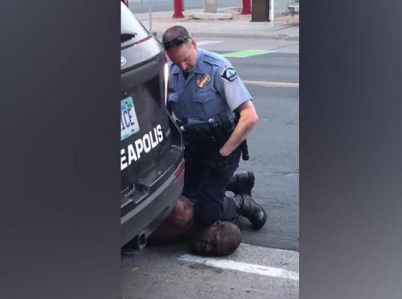 По убиството на Џорџ Флојд: Полицијата во Минеаполис повеќе нема да може да го задушува приведениот