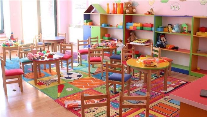 Позитивни негувателка и дете во градинка во Чешиново и вработена во градинка во Виница