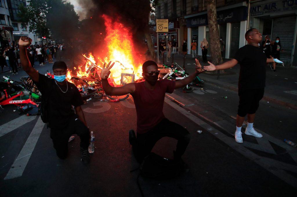 ПРОТЕСТ ЗА ФЛОЈД ВО ПАРИЗ: Жандармеријата со солзавец ги растера демонстрантите кои кршеа и палеа