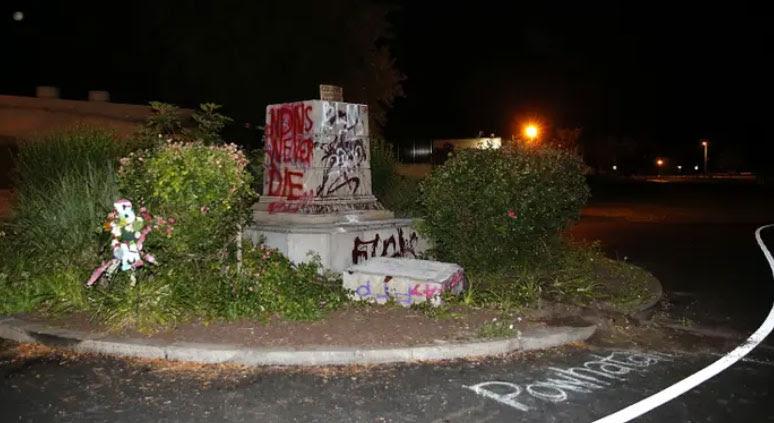 ШАРЕНА РЕВОЛУЦИЈА ВО САД: Демонстрантите удрија и на спомениците на Колумбо и Џеферсон