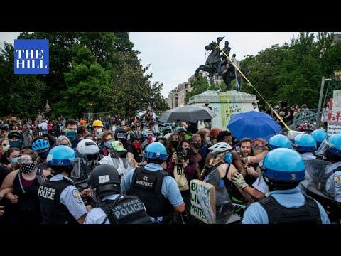 ШАРЕНА РЕВОЛУЦИЈА ВО САД: Демонстранти пред Белата куќа се обидоа да урнат споменик, Трамп тоа го нарече срамен вандализам