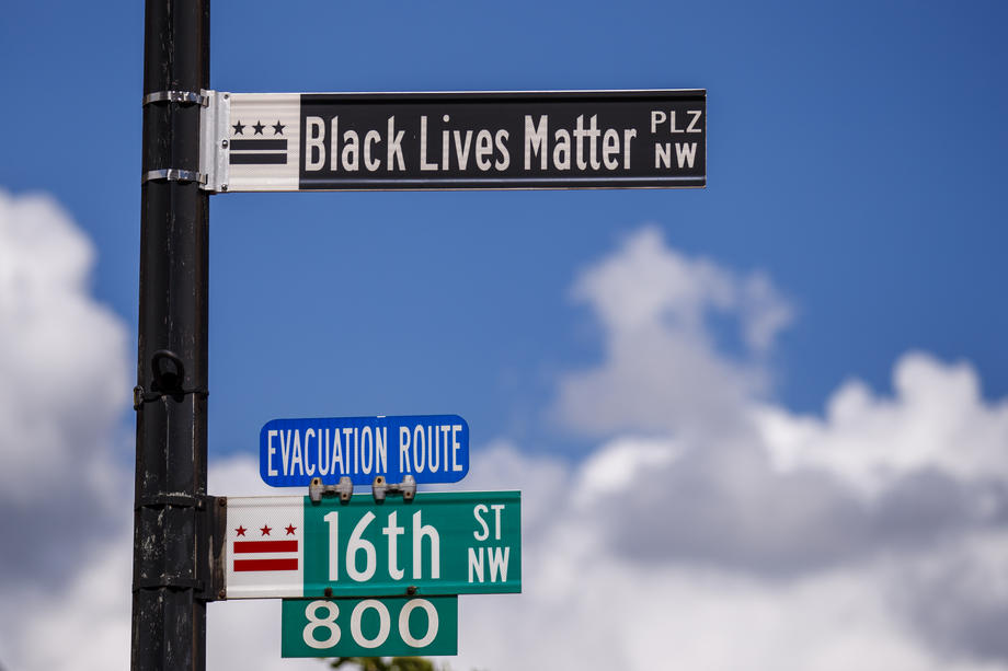 """Слоганот """"Црните животи се важни"""" испишан на улица кон Белата куќа"""