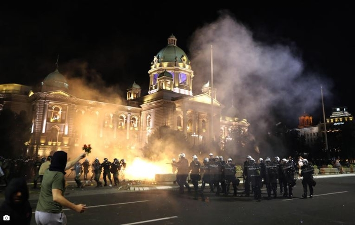 НАСИЛСТВО ВО СРБИЈА: Полицијата утрово со коњаница ги растера демонстрантите кои палеа, за попладне закажан нов протест во Белград