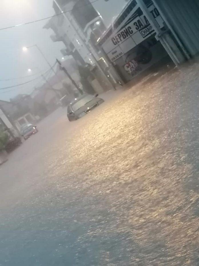 (видео) ВЕЧЕРВА ПОПЛАВА ВО БИТОЛА: Силен пороен дожд и град направија реки од улиците
