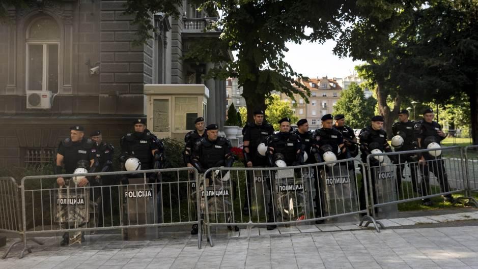 Бројни полициски сили распоредени околу зградата на српското Собрание