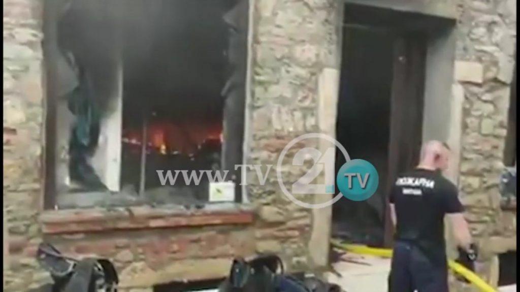 (видео) ПОЖАР ПО ПОПЛАВАТА: Неколку екипи го гаснат огнот што избувна во старата чаршија во Битола