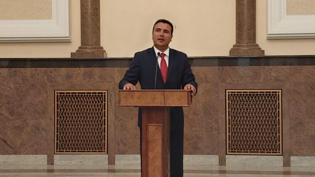 ВМРО-ДПМНЕ: Остро ги осудуваме бруталноста и примитивизмот наЗоран Заев кон новинарите