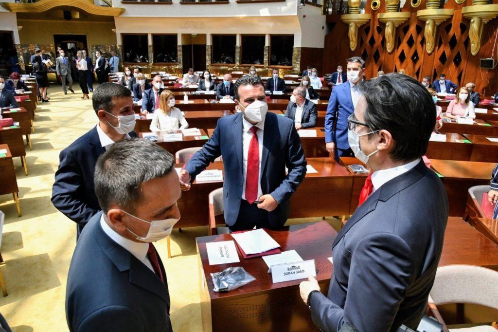 НЕИЗВЕСЕН РАМКОВДЕН: Пендаровски му вети, Заев го чека мандатот, Џафери најави седница, а Ахмети рамковна лидерска средбабез лидери