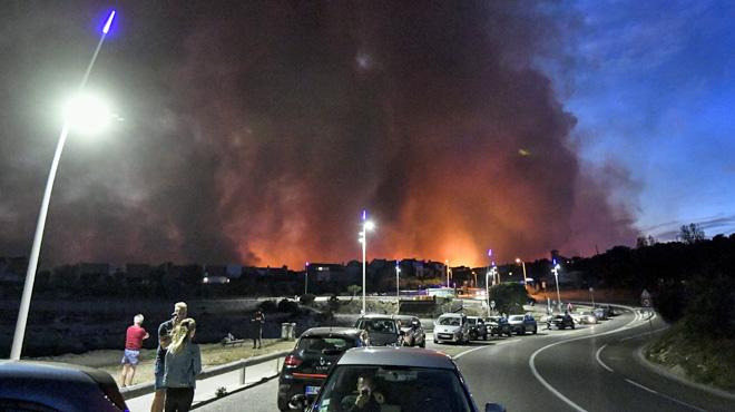 Голем пожар во Франција: Евакуирани се 2.700 лица во Мартиг на Азурниот брег