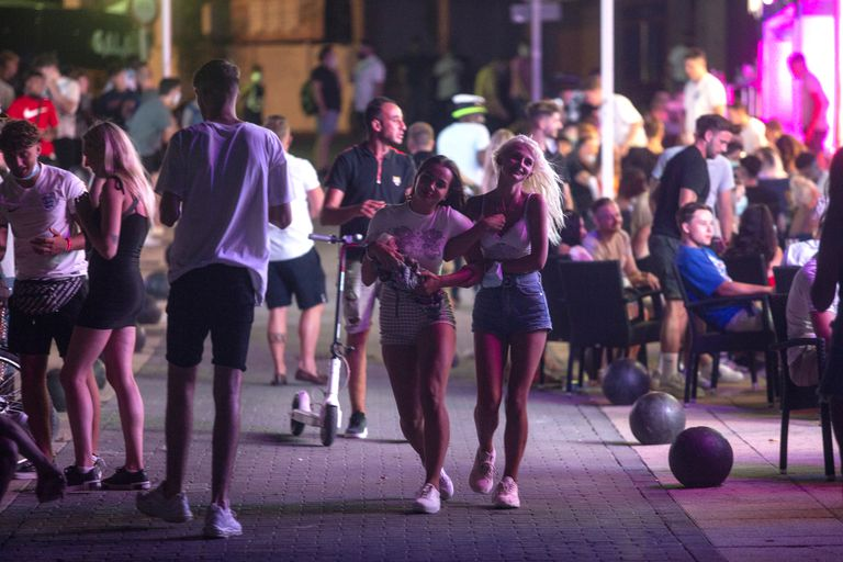 СЗО: Младите да ограничат одења на забави, да преземат одговорност