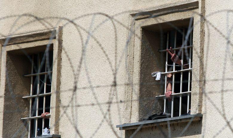 МАЈЧИНСКА ЉУБОВ: Ископала три тона земја за тунел за син ѝ да избега од затвор во Украина