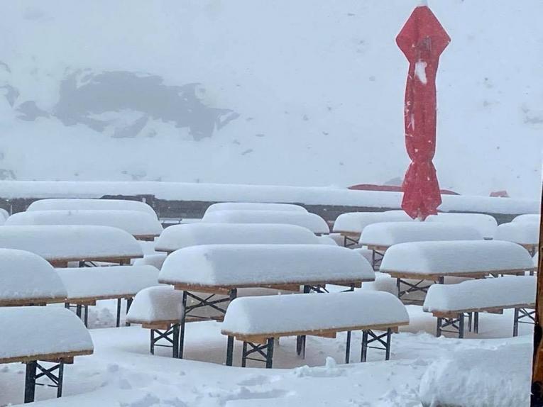(видео) ЗИМА СРЕД ЛЕТО: Во делови од Италија и Швајцарија во август завеа снег како во јануари