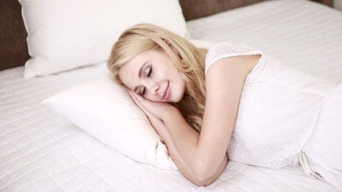 Научни совети за поздрав и поцврст сон: Менувајте ја  положбата на телото при спиење