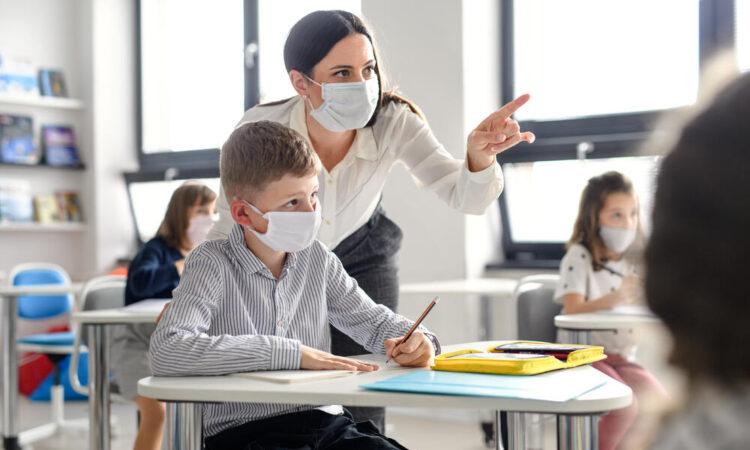 Во Црна Гора заразени 97 ученици и 92 наставника, во самоизолација 558 лица