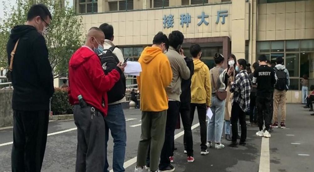 КИНА СЕ ВАКЦИНИРА: Кинези чекаат во редици доза против Ковид-19