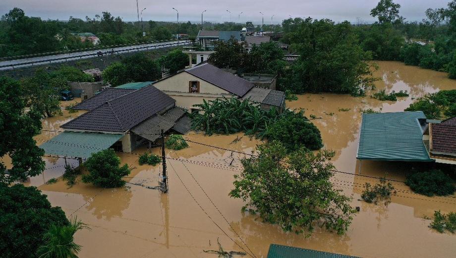 Поплави во Виетнам: Исчезнати 22 војници, загинаа 64 лица