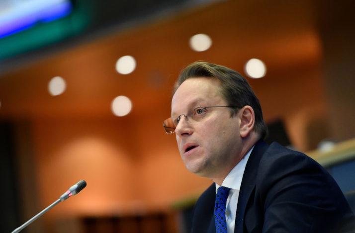 ЕУ: Еврокомесарот Вархеи денеска во Скопје по вчерашното објавување на извештајот на ЕК