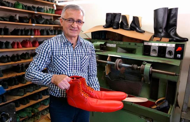 Досетлив чевлар од Романија: Направи огромни чизми заради физичко растојание поради вирусот