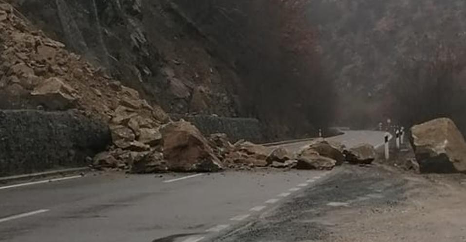 ЈП МАКЕДОНИЈАПАТ: Одронот кај Ајдучки Камен целосно го блокира сообраќајот од Кочани кон Македонска Каменица