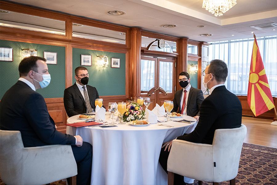 МИЦКОСКИ И НИКОЛОСКИ СО ОРБАН И СИЈАРТО: Побарана помош за почеток на преговорите со ЕУ