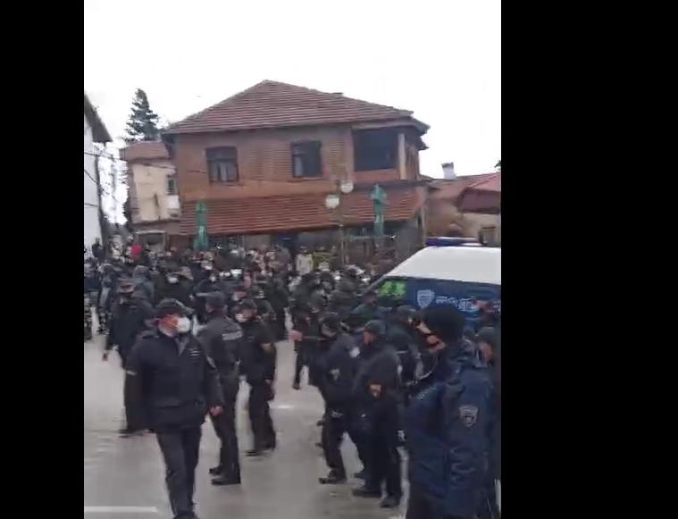 (видео) СО ДВОЈНИ МАСКИ: Полицијата влезе во Вевчани и го растури годинашниов карневал