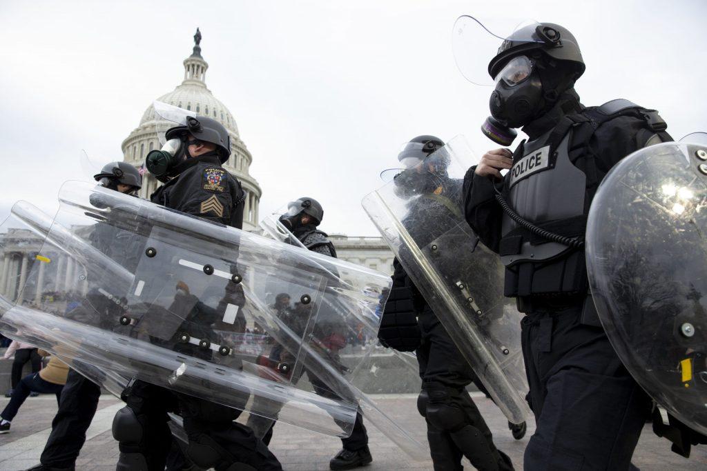 ВОНРЕДНА СОСТОЈБА ВО ВАШИНГТОН: Во протестите загинаа најмалку 4 лица на најтажниот ден за американската демократија