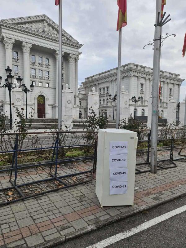 Младите од ВМРО-ДПМНЕ однесоа фрижидери за вакцините на Филипче и Заев пред Владата