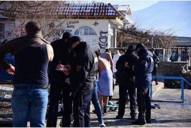 """Полицијата им земаше """"мерка"""" на капачите за Водици во Охрид, не се собрале спонтано како во Нижеполе"""