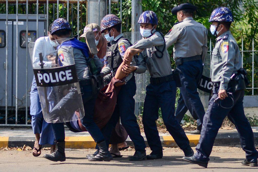 Мјанмар: Полицијата продолжува насилно да ги растерува демонстрантите