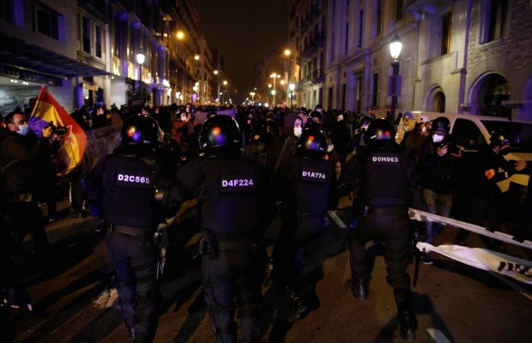 Протести во Шпанија: Шеста ноќ немири во Барселона и поддршка за раперот Хасел