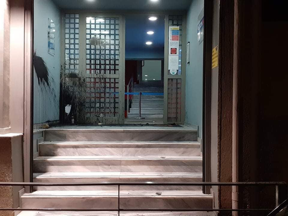 ШАРЕНО И ВО АТИНА: Со бои нападнати една ТВ и канцеларијата на министерката за образование