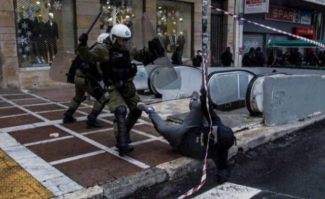 Грција: Полициско насилство врз момче во атинската населба Неа Смирни