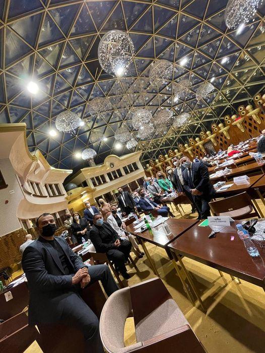 Пратениците на ВМРО-ДПМНЕ се фотографираа дека се во Собрание, порачаа дека СДСМ бега од законите од петтиот пакет!