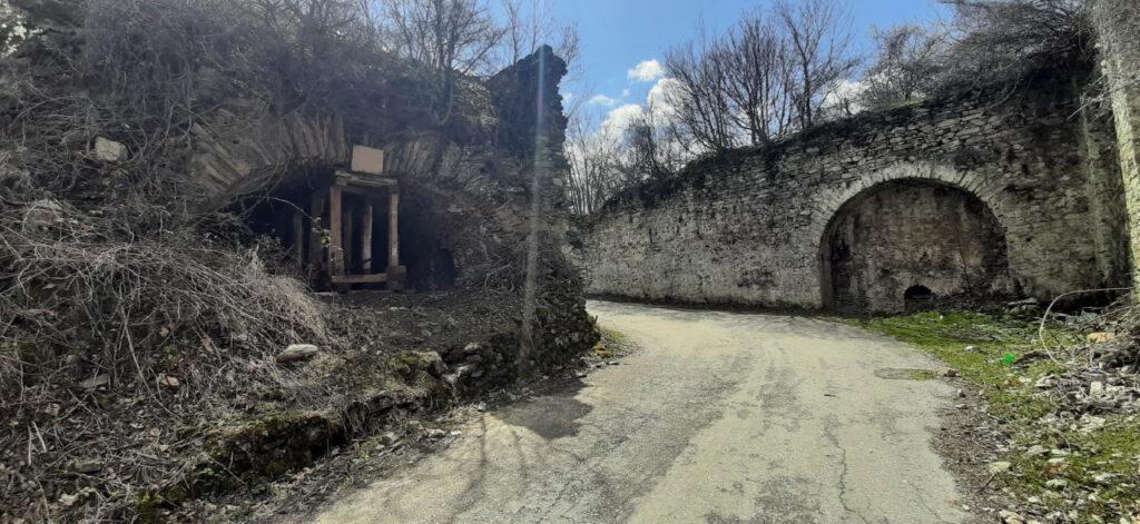 СПОМЕНИК НА БАЛ ТЕПЕ: Рунираното Тетовско Кале без полза од тоа што е под државна заштита