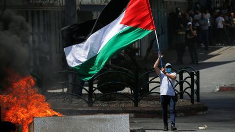 Еден загинат и десетици повредени на протестите во Западен Брег