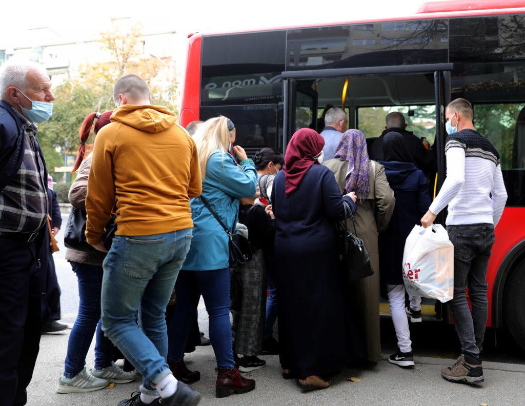 СКОПЈЕ СРЕД ПАНДЕМИЈА: На отворено со маски, во автобусите на ЈСП патниците си дишат во врат