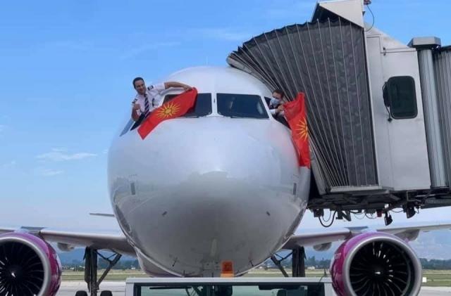 ЛЕТ КОН БУКУРЕШТ: Пилотите го развеаја старото знаме заедно со навивачи на Македонија на ЕП