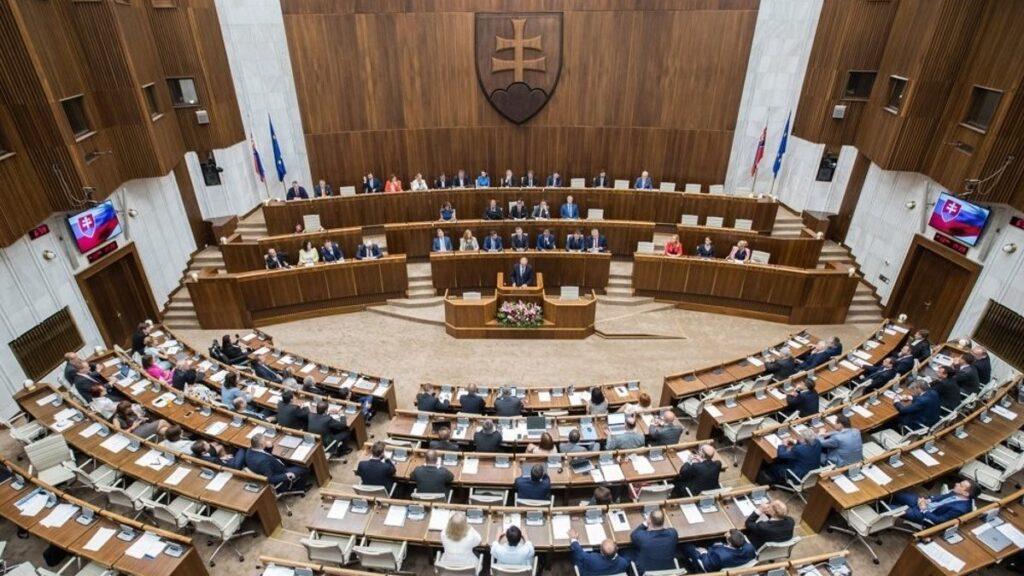 Зградата на словачкиот Парламент затвоrена поради закана за поставена бомба