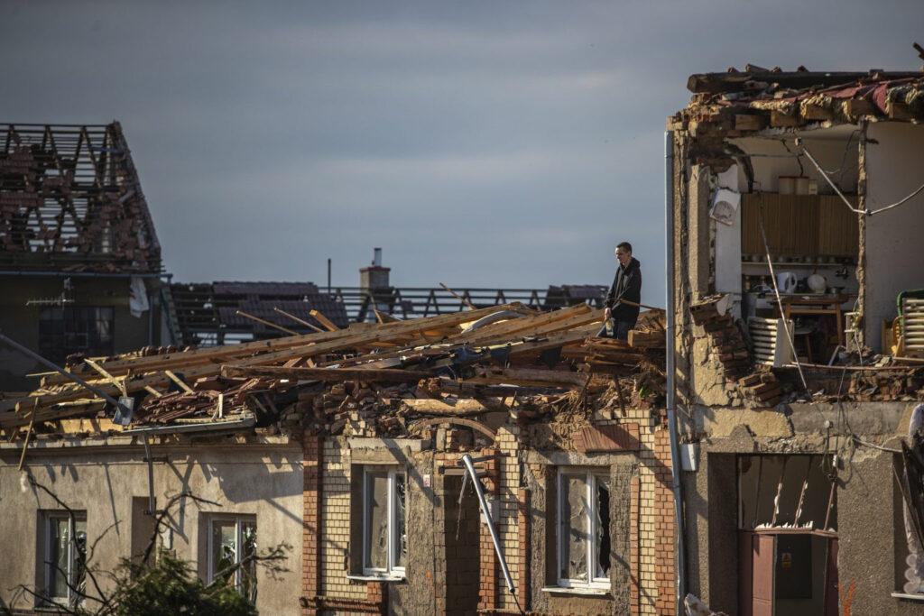 Најмалку петмина загинати од торнадото во Чешка