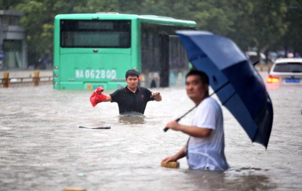 Најмалку 33 загинати во поплавите во Кина, евакуирани десетици илјади лица