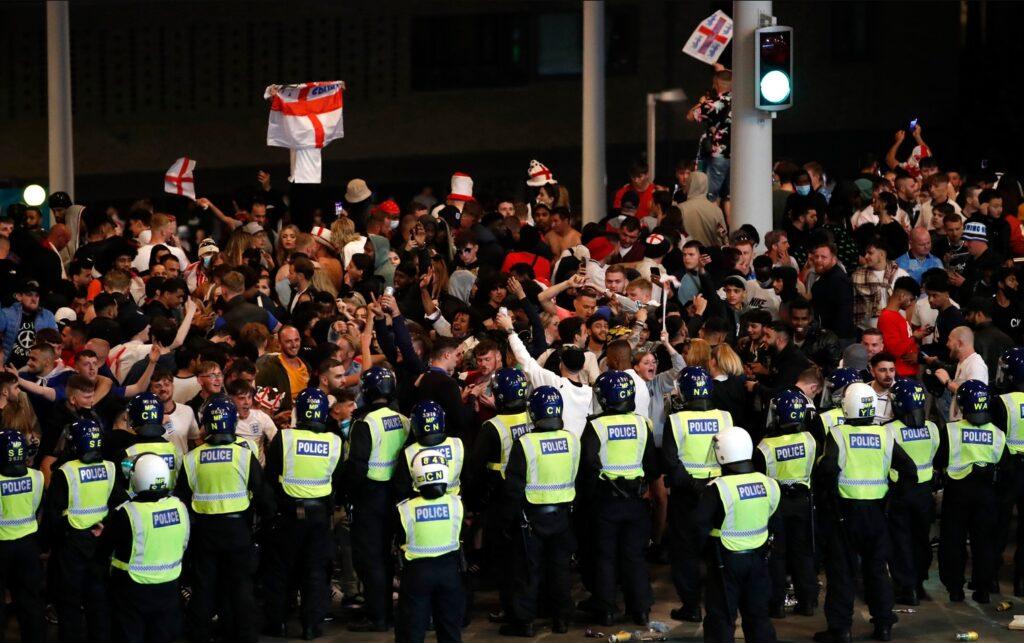 Повредени 19 полицајци по финалето на ЕУРО 2020, уапсени 49 лица