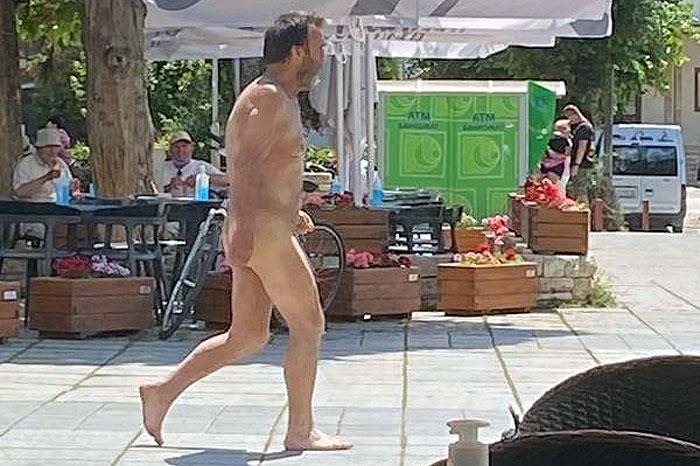 """ИНЦИДЕНТ ВО ОХРИД: Гол маж прошета низ центарот на градот во кој е државниот врв и кога шетаа и странски делегации од """"Преспа форум"""""""
