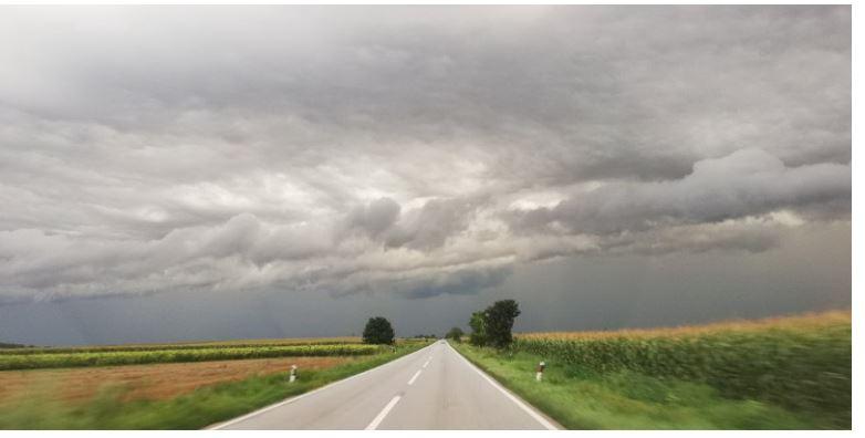 ВРЕМЕТО ДЕНЕСКА: Променливо облачно со локален пороен дожд и грмежи