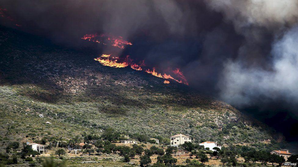 Шумски пожар на Пелопонез – пет лица се повредени, десетина куќи изгореа