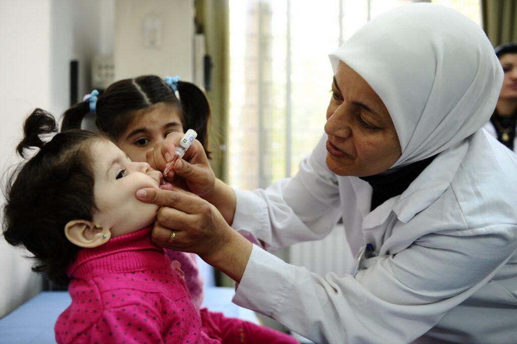 Пакистански антиваксери убија полицаец кој чувал пункт за вакцинација од детска парализа